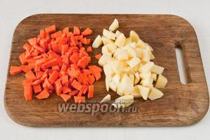 Нарезаем картофель и морковь на кубики со стороной 1х1,5 см.