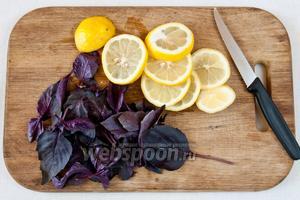 В кастрюле закипятите воду, а тем временем отделите листочки от стеблей базилика, а лимон нарежте кольцами.