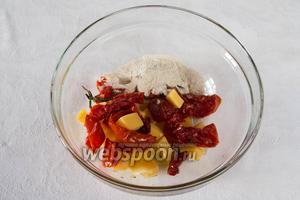 Готовим начинку из муки, помидоров и сыра.