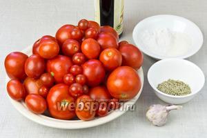 Для этого рецепта возьмите: не крупные помидоры, сухой или свежий розмарин, чеснок, бальзамический уксус, соль, сахар.