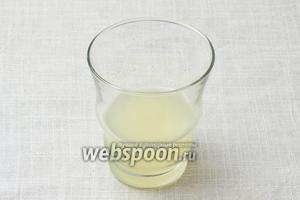 Выдавить 100 мл лимонного сока, процедить через марлю или ситечко.