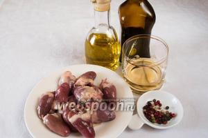 Чтобы приготовить шашлык, необходимо взять куриные сердца, соевый соус, сухой Херес, смесь перцев, арахисовое масло, соль.