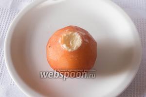 Начинить середину груши сливочно-сырной массой.