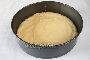 Поместить тесто в подготовленную (смазанную сливочным маслом) разъёмную форму. Приготовить «шапочку» из фольги.