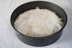 Засыпать тесто кокосовой смесью. Поставить в разогретую духовку до 180 ˚С на 10 минут.
