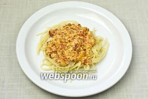 Спагетти заправить томатным соусом с рикоттой и подавать к столу.