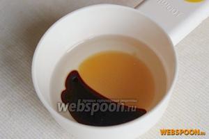 Для приготовления заправки соедините подсолнечное масло, мёд и соевый соус. Размешайте ингредиенты для заправки и слегка взбейте их до однородной массы.