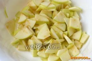 Режем яблоки небольшими кусочками, так же яблоки можно натереть на крупной тёрке.