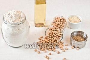 Для приготовления котлет нам понадобится нут, мука пшеничная, кунжут, растительное масло, чеснок и любимые специи. Я использовала кориандр, куркуму и чёрный перец.