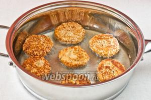 Разогреваем масло в сковороде и обжариваем с обеих сторон котлеты на среднем огне пока они не станут золотисто-коричневыми.