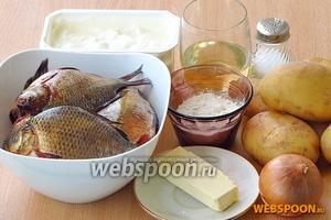 Для приготовления блюда нужно взять свежих карасей, картофель, репчатый лук, сметану, сливочное и растительное масло, муку, немного воды, молотый чёрный перец и соль.