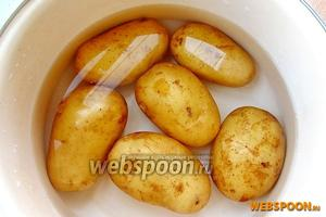 Картофель тщательно вымыть, залить горячей подсоленной водой и отварить до мягкости, а затем воду слить, картофель слегка обсушить на огне и остудить.