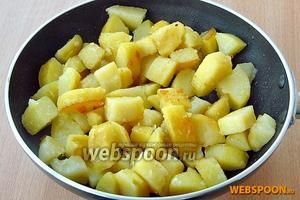 На сковороду положить 1 ст. л. сливочного масла и 2 ст. л. растительного масла, нагреть, выложить порезанный картофель и обжарить его до образования румяной корочки.