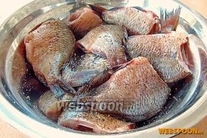 Рыбу поперчить, посолить и оставить на 5–7 минут.