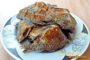 Обжарить рыбу с двух сторон в смеси 1 ст. л. сливочного и 2 ст. л. растительного масла до подрумянивания.