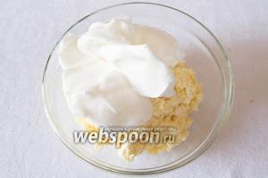 Взбить белки в тугую пену с сахарной пудрой. Соединить с общей массой запеканки. Осторожно вмешать белки снизу вверх.