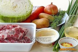 Для приготовления щей нужно взять 3 л воды, свежую белокочанную капусту, свиные рёбрышки, картофель, морковь, репчатый лук, зелень, мягкий плавленый сыр, растительное масло и универсальную приправу.
