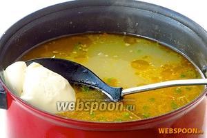 Кастрюлю снять с плиты, и заправить щи мягким плавленым сыром. При подаче на стол посыпать измельчённой зеленью укропа и, при желании, положить сметану.