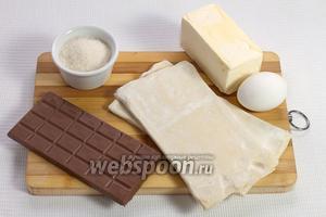 Основные ингредиенты: слоёное тесто, шоколад, сахар, маргарин и яйцо.