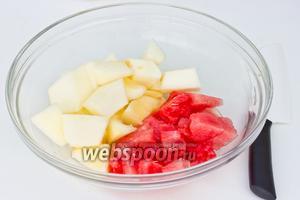 Мякоть половины маленького арбуза и половины небольшой дыни нарежем кубиками, вынимая косточки.