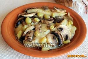 Можно подать гарнир и основное блюдо по-отдельности или вместе. Основное блюдо — рыбу с виноградом и шампиньонами при подаче полейте образовавшимся на сковороде соусом.