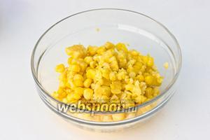 С початка отваренной кукурузы необходимо срезать зерна.