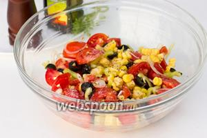 Смешать подготовленные ингредиенты в глубокой миске, посолить и поперчить по вкусу.