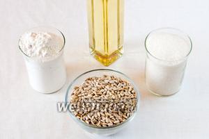 Для приготовления халвы нам понадобится: пшеничная мука, сахар, вода, подсолнечное масло (если вы хотите более выраженный аромат семечек в халве, то можно взять нерафинированное масло).