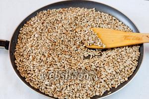 Очищенные семечки обжариваем на сухой сковородке. Периодически перемешивая, жарим до золотистого оттенка. Семечки пересыпаем в тарелку и даём остыть.