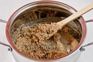 Далее приготовим сахарный сироп. Воду в кастрюле ставим на огонь. Добавляем сахар. Размешиваем и увариваем до того момента, когда сироп начнет немного густеть. Добавляем сироп и масло в измельченную смесь.