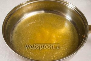 В сковороду налить сок лимона, воду, мёд. Дать закипеть. Уменьшить огонь, кипятить 7 минут.