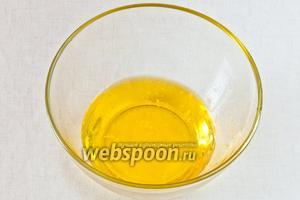 Сливочное масло растопите и смешайте с водой.
