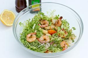 Смешать подготовленные огурцы, помидоры, креветки, листья салата, гренки. Заправить салат соком лимона, оливковым маслом, слегка посолить и попречить. Подать к столу!