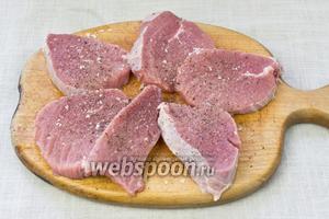 Нарезать мясные куски в 2 сантиметра толщиной. Посолить и поперчить.
