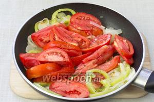 Разогреть сковороду, добавить 2 столовые ложки растительного масла и обжарить овощи в таком порядке: лук с чесноком 1 минуту, затем добавить сладкий перец и обжаривать ещё 3-4 минуты, а после добавить помидоры.