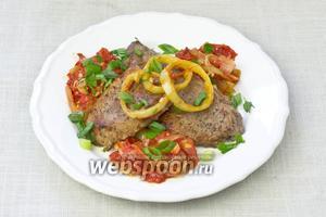 На мясо выложить овощи, блюдо посыпать зеленью и подавать с гарниром или без!