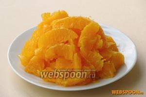 Апельсины тщательно вымыть, очистить от корки, разделить на дольки и снять с них белые плёночки.