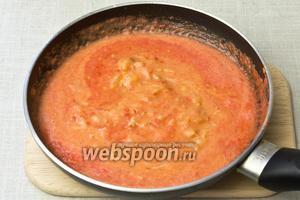 Добавить муку, горчицу, томатный сок, щепотку красного молотого перца и перемешать. Тушить 10 минут.