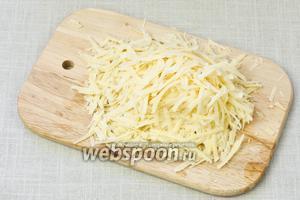 Сыр натереть на крупную тёрку.