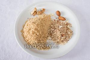Поджарить миндаль (50 г) и грецкие орехи (50 г) и измельчить их.