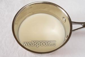 Сахар (100 граммов или 4 столовых ложки) и сахар ванильный (4 г) растворить в молоке (200 мл). Вскипятить молоко с сахаром. Остудить.