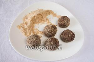 Сформовать шарики в виде картошки из получившегося теста. Обвалять их в оставшихся сухарях.