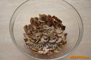 На дно салатника выложить слой из части жаренных грибов.