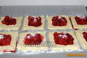 Присыпать слойки с ягодами сахаром (исходя из расчета: 3 чайные ложки на 1 слойку).