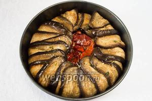 Последним слоем выложить помидоры. Закрыть верхнюю поверхность торта лепестками баклажанов.