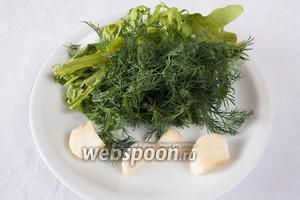 Укроп, рукколу, базилик зелёный, эстрагон размельчить в блендере с чесноком и солью.