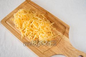 На крупной тёрке натереть сыр.
