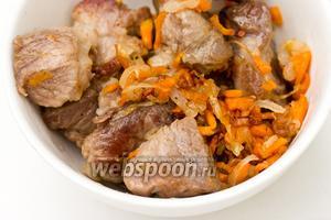 Обжаренную свинину с овощами выложить в миску и дать немного остыть.