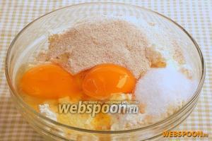 Творог растереть, добавить соль, ванильный сахар, яйца, манную крупу.