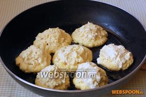 Когда сырники с одной стороны поджарятся, выложить на абрикосы чайную ложку теста.